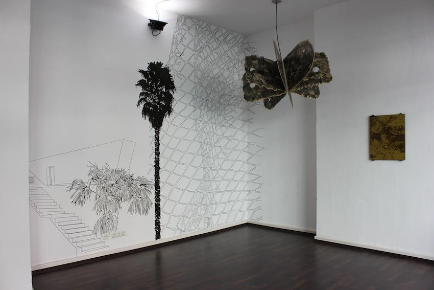 Simon Halfmeyer, Wandzeichnung galerie postel, 2014, mit Skulptur Wild Island und Siebdruck auf Glas