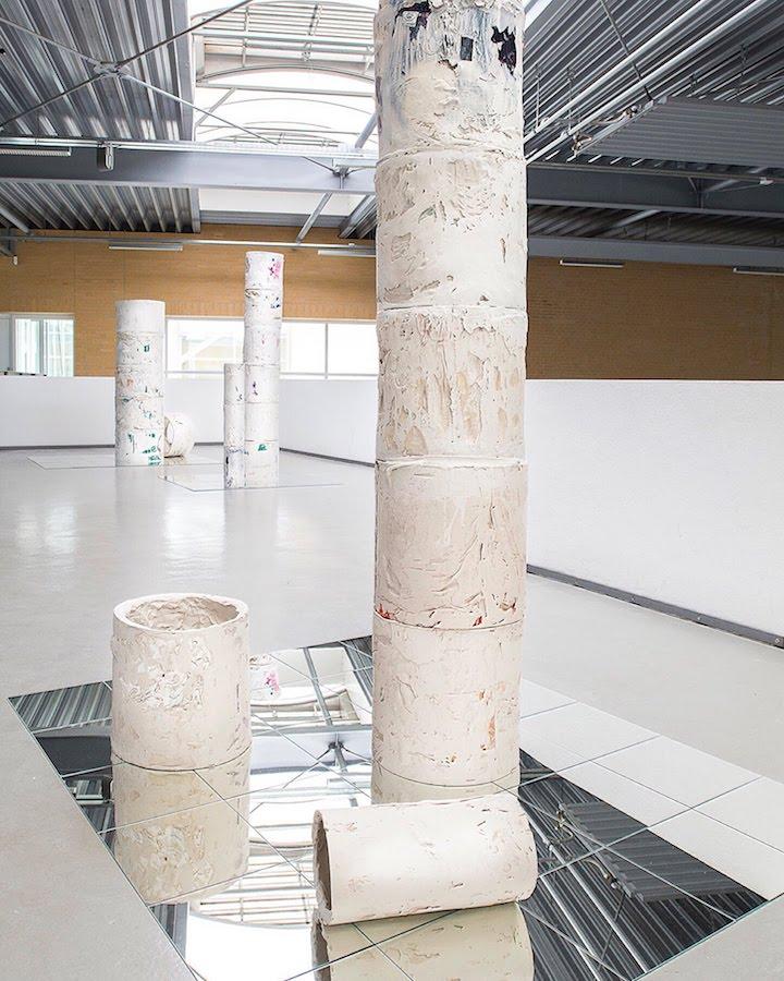 Danijela Pivašević-Tenner, Triumphsäulen, Installation im Museum Tuch + Technik Neumünster 2019